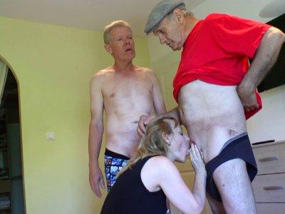 Papy a trouvé une bonne excuse pour emmener son ami chez Carole, une jolie milf