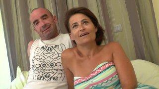 Tristan réalise le fantasme de sa femme en la partageant avec trois autres mecs dans une chambre d'hôtel