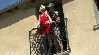 Marion, magnifique cougar blonde, est passé voir son jeune amant pendant que son...
