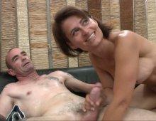220x170 1200 - Une mature sexy et son mari pour une scène de baise torride!