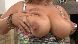 Grosse blonde avec un gros cul et des gros seins trempe le canapé de mouille