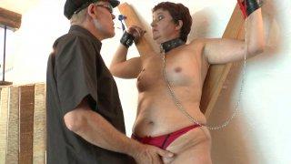 Punition à la sauce SM pour une femme adultère dans les mains d'un vieux vicieux impitoyable