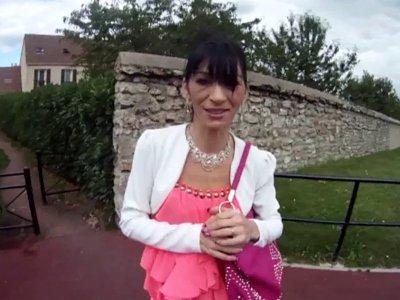 Max est en région parisienne pour rencontrer Linda, une belle milf originaire du
