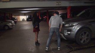 Une jeune métisse amoureuse enculée comme une trainée par son garagiste dans un parking !!