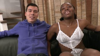 Booty nous attend pour son casting, vêtue (si peu) d'une lingerie en dentelle blanche...
