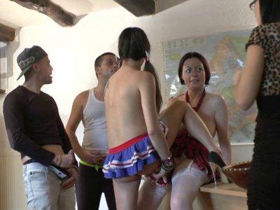 Pendant le cours d'éducation sexuelle de Melle Candice il faut passer à la prati