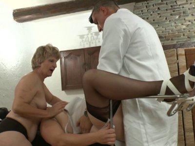 Syrial a pris rendez vous chez le gynécologue pour quelques problèmes intimes...