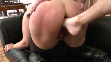 Foot Fucking, double fist et dilatation extrême d'une grosse nympho soumise