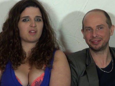 Max reçoit un couple tout nouveau tout beau pour un casting dans la maison du se