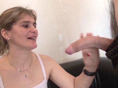 Carole, une milf de 35 ans gourmande et coquine, est de retour pour un gonzo dev