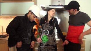 Deux jeunes techniciens partent en intervention chez Lily, une jolie brune qui risque...