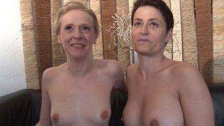 Deux femmes mûres françaises enculées dans un trio ffh