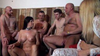 Vénus accueille Savannah, une jeune brune de 30 ans, actrice porno en Belgique et...