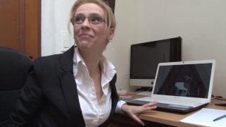 Un patron culbute sa secrétaire sexy à lunettes