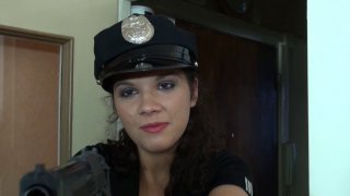 Une policière à gros boobs surprend Max en plein cambriolage