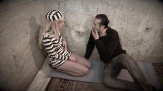 Meuf incarcérée en prison accepte de se faire baiser dans sa cellule contre sa libération