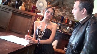 Femme à lunettes prend la bite de son client dans la bouche pour l'inciter à signer !