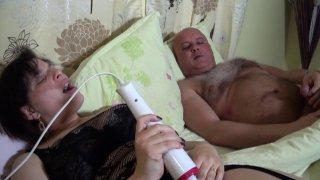 Sexe matinal avec une brune à gros lolos niquée par deux hommes à la suite