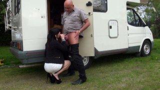 Pipe en extérieur et grosse baise dans le camping car
