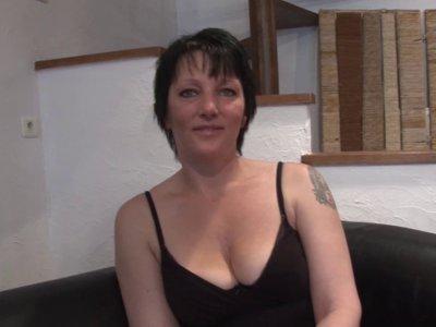 Lucie, bonne mature brune à gros seins a fait appel à nous une nouvelle fois. Ce