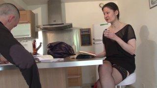 Kelia est une prof à domicile bien salope, qui n'hésite pas à se taper ses élèves!...