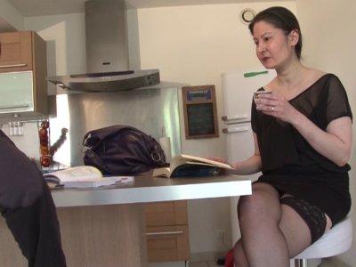 Kelia est une prof à domicile bien salope, qui n'hésite pas à se taper ses élève