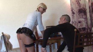 Pryscilla, une jolie blonde bien gaulée, rentre de cours dans son petit imper blanc....