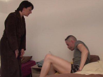 Lucie, une bonne mère de famille, en a marre que son fils ramène sans arrêt des
