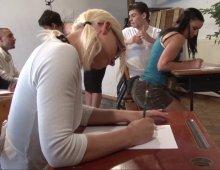 220x170 107 - Amélie dispense ses cours d'éducation sexuelle comme une pro!