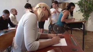 Deux étudiantes à couettes partouzées en classe avec la complicité de leur professeur