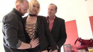 Une mature à la sexualité débridée en trio avec son mari et un ami