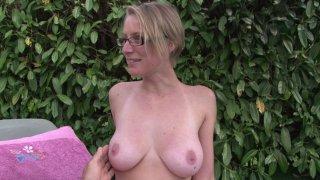 Blonde à lunettes fait visiter sa maison mais également son anatomie