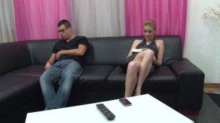 La blonde mature Angie Scorp se fait malmener les orifices par un jeune sur son canapé