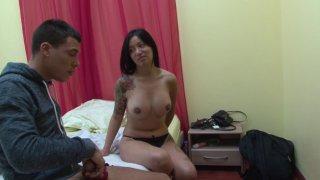 Endormie et pratiquement nue, son demi frère se branle sur elle !