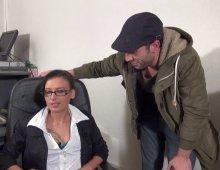 220x170 118 - Amel, bonne secrétaire salope aime la baise au bureau!
