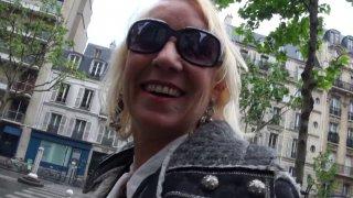 La comédienne porno Charly Sparks tourne une vidéo cougar avec Max Casanova