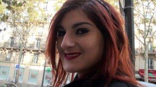 Beau parleur branche une parisienne dans la rue et se fait inviter chez elle pour la baiser !