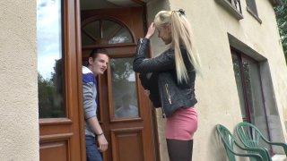 Kimber, une jeune blonde cher bonne, enculée par son petit ami jaloux