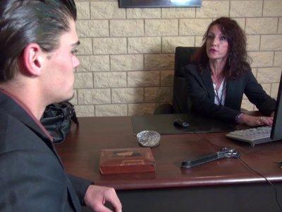 Lyna est une banquière et une patronne qui ne fait pas de concessions. Quand ell