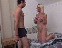 220x170 300 - Mme Martin, blonde fatale, récompense son homme à tout faire en écartant les cuisses!