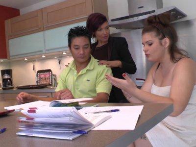 Pauline reçoit un camarade de classe pour l'aider à réviser ses maths. Sa mère n