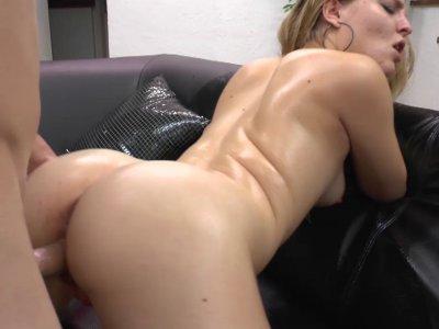 Sindy est une jeune et sexy blondinette qui ne rêve que d'une chose se faire bai