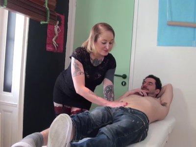 Natacha, artiste tatoueur, s'occupe d'un nouveau client qui veut faire retoucher