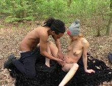 220x170 459 - Un jeune couple se retrouve en train de baiser dans les bois.