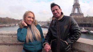 Quand deux pornstars se marient et viennent passer leur voyage de noces à Paris,...