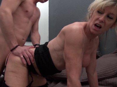 Marina, femme mûre blonde aux gros seins et à l'appétit sexuel inassouvi travail