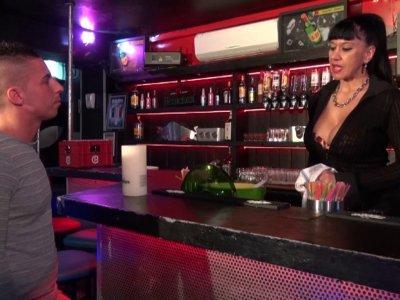 Titaina est barmaid dans un petit bar coquin du sud de la France. Souvent des ho