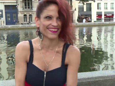 On retrouve la charmante Nikki, originaire de Roumanie, qui est venue en France