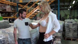 Entretien d'embauche : il baise la femme sexy du patron