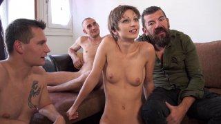 Didier offre sa femme à deux jeunots et la regarde se faire défoncer l'anus
